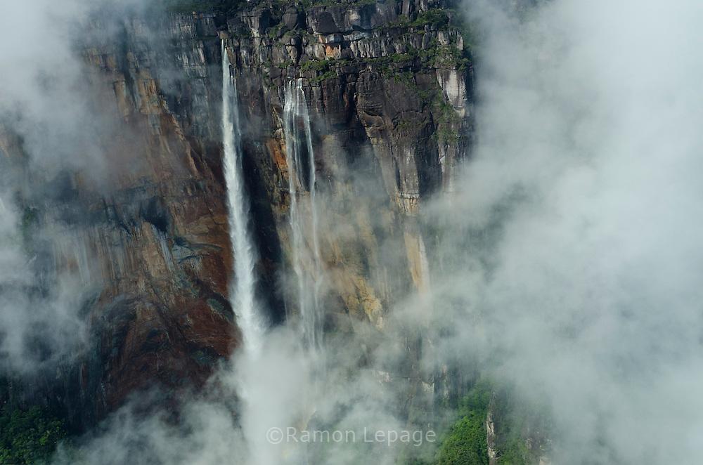 """AUYANTEPUY, VENEZUELA. Vista aerea del Salto Angel .  El Auyantepuy es el mayor de los tepuis del Parque Nacional Canaima. En sus 700 kms2 alberga el salto angel o conocido por lengua indígena Pemon como """"Kerepacupai Vena; es la caída de agua más grande del mundo con sus 979 metros de altura. (Ramon lepage /Orinoquiaphoto/LatinContent/Getty Images)"""