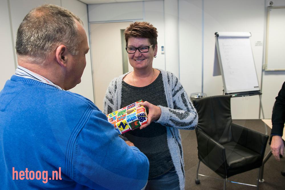 nederland, enschede 04dec2014 uitreiking van een Ipadmini aan prijswinnares van neen prijsvraag. CNV Vak bij Apolloe Vredestein te Enschede