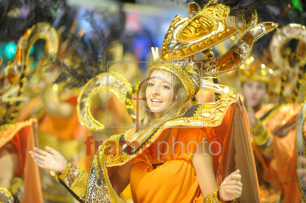 --- OBS: ATENÇÃO EDITORES: ESTAS IMAGENS ESTÃO EMBARGADAS PARA USO/VENDA NO ESTADO DE SANTA CATARINA ---  Florianópolis, (SC) - 14/02/2015 -  Desfile das Escolas de Samba em Florianópolis/SC neste sábado. Neste momento o desfile da escola Coloninha. Foto: Eduardo Valente/Frame