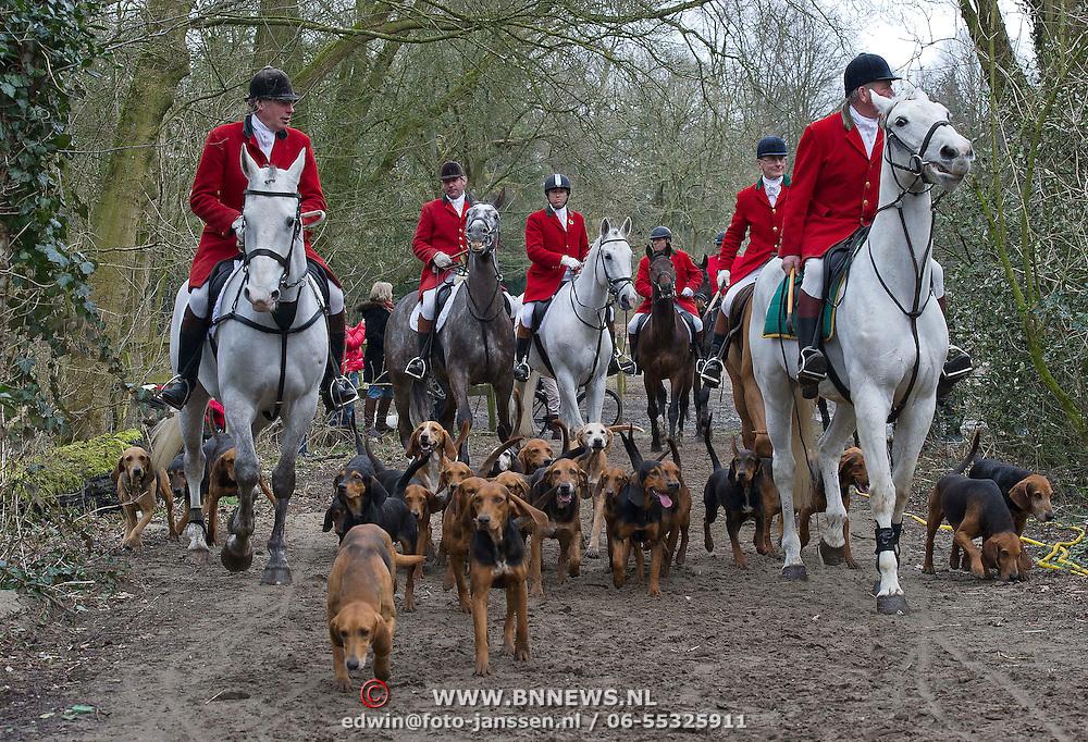 Zaterdag 16-03-2013 organiseert Jachtvereniging Soestdijk in samenwerking met het Amsterdamse Bos en regionale politie weer haar sinds 1975 jaarlijkse terugkerende slipjacht.                                                                                                                Tijdens de slipjacht, of jagen achter de meute jachthonden, wordt niet op dieren gejaagd, maar wordt een reukspoor gevolgd. Het parcours wordt uitgezet door een zgn. Sliptrekker. Met een in vossenurine gedrenkte lap trekt hij een spoor, waar de ongeveer 30 honden (Kerry Beagles) achter aan gaan, gevolgd door de paarden. Dit gebeurt onder luid geblaf en in rap tempo.  Deelnemers volgen de honden over de ruiterpaden. Speciaal voor de slipjacht zijn vaste hindernissen aangebracht. Ruiters en amazones zijn gekleed volgens traditionele Engelse regels in rode jachtkostuums.