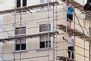 In Utrecht zijn bouwvakkers in de volle zon bezig met het aanleggen van een steiger.<br /> <br /> In Utrecht construction workers are constructing a scaffolding in the full sun.
