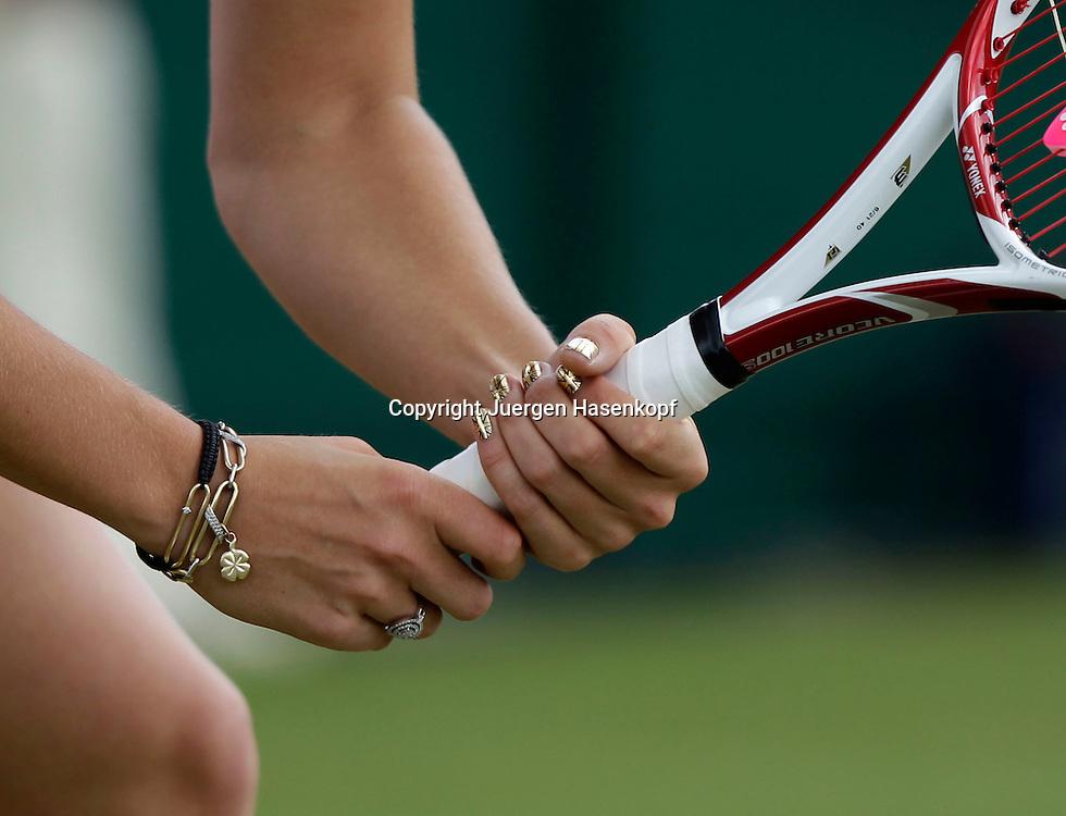 Wimbledon Championships 2011, AELTC,London,.ITF Grand Slam Tennis Tournament . goldfarbene Union Jack Fingernaegel von Caroline Wozniacki (DEN),Detail, Nahaufnahme,Feature,