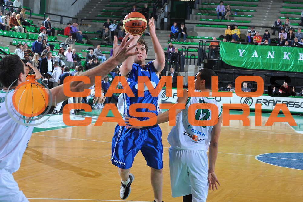 DESCRIZIONE : Treviso Lega A 2009-10 Basket Benetton Treviso Nuova AMG Sebastiani<br /> GIOCATORE : Pietro Santocchi<br /> SQUADRA : Nuova AMG Sebastiani<br /> EVENTO : Campionato Lega A 2009-2010<br /> GARA : Benetton Treviso Muova AMG Sebastiani<br /> DATA : 28/03/2010<br /> CATEGORIA : Tiro<br /> SPORT : Pallacanestro<br /> AUTORE : Agenzia Ciamillo-Castoria/M.Gregolin<br /> Galleria : Lega Basket A 2009-2010 <br /> Fotonotizia : Treviso Campionato Italiano Lega A 2009-2010 Benetton Treviso Nuova AMG Sebastiani<br /> Predefinita :