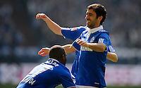 FUSSBALL   1. BUNDESLIGA   SAISON 2011/2012   29. SPIELTAG FC Schalke 04 - Hannover 96                                08.04.2012 Torjubel nach dem 1:0: Jefferson Farfan und Raul (v.l., beide FC Schalke 04)
