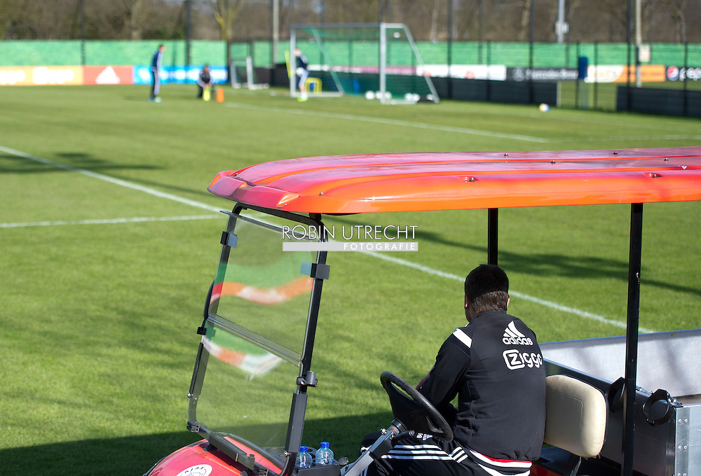 AMSTERDAM - 01-04-2016 VOETBAL: TRAINING AJAX: AMSTERDAM<br /> Frank de Boer, hoofdcoach (Ajax)  with broken legg COPYRIGHT ROBIN UTRECHT