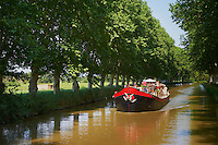 France, Longuedoc Roussillon, Aude (11), navigation sur le Canal du Midi, classé Patrimoine Mondial de l'UNESCO, entre Carcassone et Beziers, péniche // France, Longuedoc Roussillon, Aude (11), Navigation on the Canal du Midi, World Heritage of the UNESCO, between Carcassone and Beziers, barge