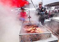 新华社照片,洛杉矶,2017年7月17日<br />     (国际)(3)第十九届年度洛杉矶港口龙虾节<br />     7月16日,厨师正烹饪龙虾。<br />     在美国洛杉矶圣佩德罗,大批民众出席了号称世界上最大龙虾节&quot;第十九届年度洛杉矶港口龙虾节&quot;。<br />     新华社发(赵汉荣摄)<br /> Chef prepare lobsters at the 19th Annual Port of Los Angeles Lobster Festival in San Pedro, California, the United States, Sunday, July 16, 2017. The world&rsquo;s largest lobster festival, which has been a Southern California tradition since 1999. The event features fresh Maine lobster, wine and draft beer, free entertainment, live music, shopping, and other culinary delights. (Xinhua/Zhao Hanrong)(Photo by Ringo Chiu)<br /> <br /> Usage Notes: This content is intended for editorial use only. For other uses, additional clearances may be required.