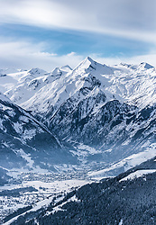 THEMENBILD - der Kitzsteinhorn Gletscher mit seinem Gipfel und dem Skigebiet der Kapruner Gletscherbahnen AG, Kaprun und dem Maiskogel, aufgenommen am 5. Feber 2018 in Zell am See - Kaprun, Österreich // the Kitzsteinhorn glacier with the summit and the Kaprun glacier ski lifts with the Town Kaprun with the Maiskogel, Zell am See Kaprun, Austria on 2018/02/05. EXPA Pictures © 2018, PhotoCredit: EXPA/ JFK