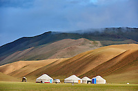 Mongolie, province de Bayan-Ulgii, les montagnes colorées du massif de l'Altai, campement nomade des Kazakh dans l'Altai mongol // Mongolia, Bayan-Ulgii province, western Mongolia, the colored mountains of the Altay, nomad camp of the Kazakh people