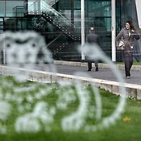 Nederland, Amsterdam , 3 november 2011..Enkele werknemers van ING lopen naar binnen en buiten bij het hoofdkantoor aan de Zuidas nadat ze vernomen hebben dat er 2000 personeelsleden bij ING ontslagen worden..Foto:Jean-Pierre Jans