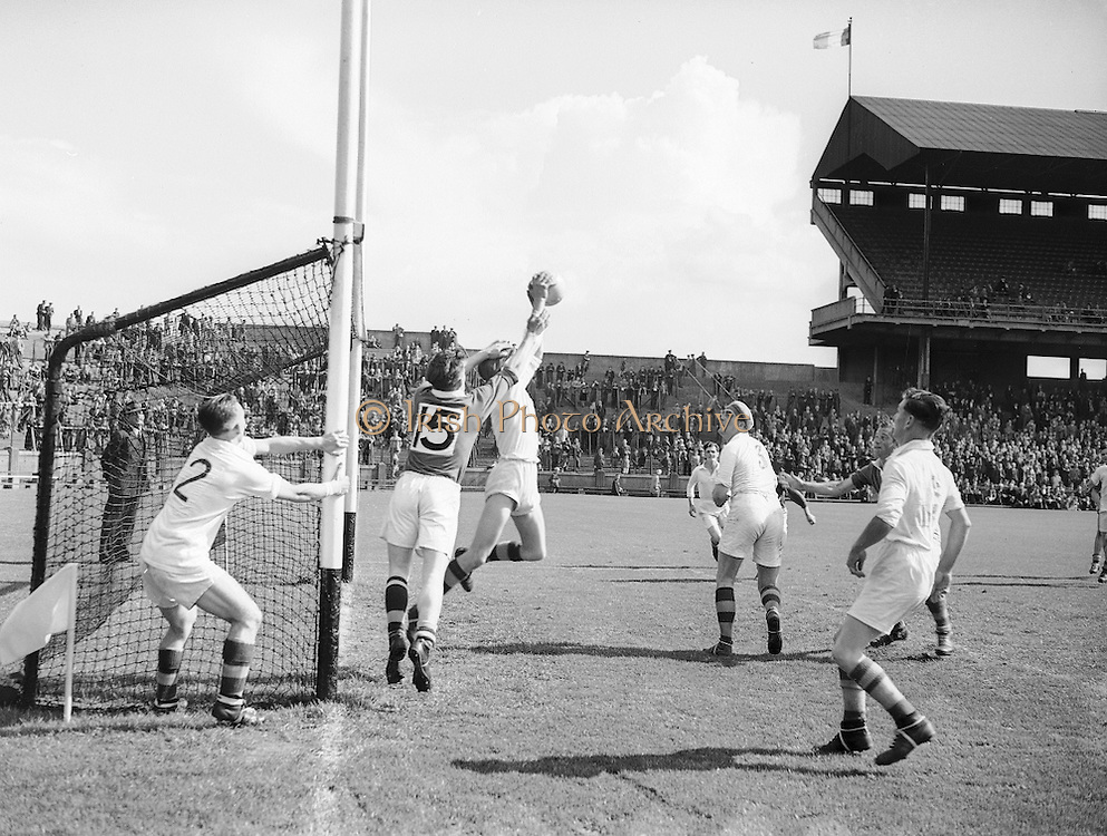 Neg No...598/8145-8149...1954AIJFCF...12. September 1954.12/09/54..All Ireland Junior Football Championship - Home Final..Kerry.3-6.Donegal.1-6.. . .