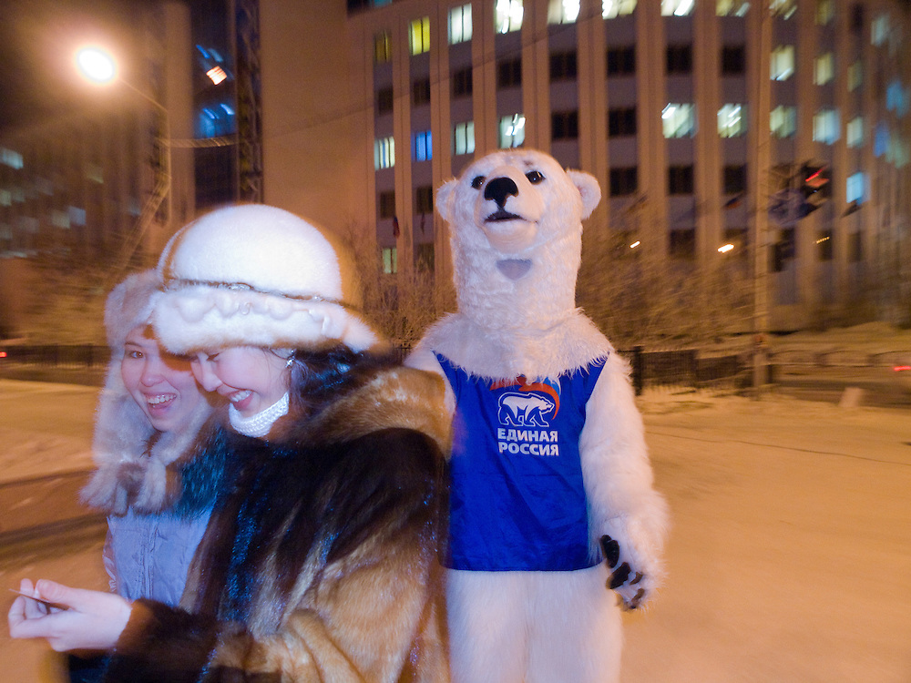 Studenten als Wahlhelfer der Partei &quot;Einiges Russland&quot; verkleidet als Eisbaeren machen bei Temperaturen von -27 Grad Celsius Werbung fuer die Partei in den Strassen und Geschaeften der sibirischen Stadt Jakutsk.<br /> <br /> Students dressed as a polar bears for Vladimir Putins party United Russia trying to convince people on the street to vote them a few days before the Duma elections in Russia oj the streets of Yakustk. Yakutsk is a city in the Russian Far East, located about 4 degrees (450 km) below the Arctic Circle. It is the capital of the Sakha (Yakutia) Republic (formerly the Yakut Autonomous Soviet Socialist Republic), Russia and a major port on the Lena River. Yakutsk is one of the coldest cities on earth, with winter temperatures averaging -40.9 degrees Celsius.