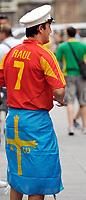 GEPA-2606087308 - WIEN,AUSTRIA,26.JUN.08 - FUSSBALL - UEFA Europameisterschaft, EURO 2008, Host City Fan Zone, Fanmeile, Fan Meile, Public Viewing. Bild zeigt einen Spanien-Fan am Stephansplatz. <br />Foto: GEPA pictures/ Reinhard Mueller