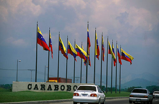 Monumento con banderas de Venezuela, Autpista Caracas-Valencia, Estado Carabobo, Venezuela.