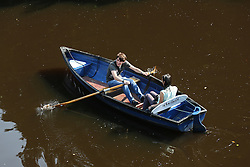 © Licensed to London News Pictures. 15/09/2016. Ripon, UK. © Licensed to London News Pictures.  A couple enjoy the scorching temperatures and sunshine on a rowing boat on the River Nidd in Knaresborough, North Yorkshire. The start of this month has seen the hottest September temperatures since 1911.  Photo credit : Ian Hinchliffe/LNP