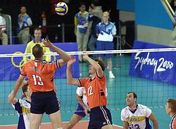 21-09-2000 AUS: Olympic Games Volleybal Nederland - Brazilie, Sydney<br /> Nederland verliest met 3-0 van Brazilie / Martin van der Horst, Peter Blange, Nalbert Bitencourt