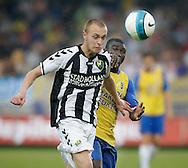 15-05-2008 Voetbal:RKC Waalwijk:ADO Den Haag:Waalwijk<br /> Anthony Obodai trekt aan de rug van Levi Schwiebbe<br /> Foto: Geert van Erven