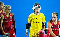 Londen - Keeper Maddy Hinch (Eng)  na  de cross over wedstrijd Engeland-Korea (2-0) bij het WK Hockey 2018 in Londen. links Sophie Bray (Eng)    COPYRIGHT KOEN SUYK