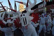 Diablo blanco de Carnaval durante el Carnaval de El Callao en Venezuela. El diablo es el personaje principal de estas fiestas tradicionales, y se distingue por  sus elaboradas mascaras con cachos rectos y puntiagudos. El Carnaval, celebrado entre los meses de febrero y marzo, tiene en El Callao una de sus manifestaciones más alegres y coloridas, gracias a la riqueza cultural de su mestizaje. El Callao, 2007 (Ramon Lepage / Orinoquiaphoto)  Carnival white Devil during El Callao Carnival in Venezuela. The devil is the principal character of this traditional celebration, and it disguises itself for the elaborate masks with straight and pointed horn. Carnival, celebrated between February and March, have in El Callao one of its colorful and happiest expressions, thanks to their cultural mestization. El Callao, 2007 (Ramon Lepage / Orinoquiaphoto).