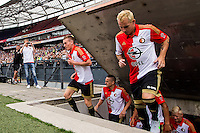 ROTTERDAM - Eerste training van Feyenoord , voetbal , seizoen 2015-2016 , Stadion De Kuip , 28-06-2015 , Speler van Feyenoord Wessel Dammers (l) en Speler van Feyenoord Luke Wilkshire (r) komen de kuip in