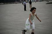 Derniers instants place Tiananmen avant la fermeture pour la nuit. Mai 2009.