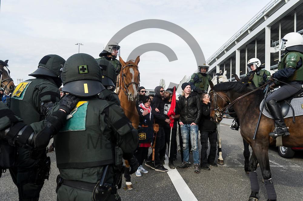 Demonstranten w&auml;hrend der Proteste gegen den AFD Parteitag am 30.04.2016 in Stuttgart, Deutschland von berittenen Polizisten eingekesselt. Die rechtspopulistische Partei m&ouml;chte auf ihrem Bundesparteitag ihr Parteiprogramm verabschieden. Mehrere Tausend Menschen versammelten sich um gegen die Tagung zu demonstrieren. Foto: Markus Heine / heineimagingw&auml;hrend der 1. Mai Plauen Proteste und Gegenprotest am 30.04.2016 in Plauen, Deutschland. Hunderte Menschen demonstrierten gegen einen Aufmarsch rechtsextremen Kleinpartei der 3. Weg. Bei den Demonstrationen kam es zu heftigen Auseinandersetzungen mit der Polizei. Foto: Markus Heine / heineimaging<br /> <br /> ------------------------------<br /> <br /> Ver&ouml;ffentlichung nur mit Fotografennennung, sowie gegen Honorar und Belegexemplar.<br /> <br /> Bankverbindung:<br /> IBAN: DE65660908000004437497<br /> BIC CODE: GENODE61BBB<br /> Badische Beamten Bank Karlsruhe<br /> <br /> USt-IdNr: DE291853306<br /> <br /> Please note:<br /> All rights reserved! Don't publish without copyright!<br /> <br /> Stand: 04.2016<br /> <br /> ------------------------------