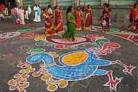 Inde, etat du Tamil Nadu, Tiruvannamalai, pelerins au temple de Arunachaleswar, Mandana, peinture au sol // India, Tamil Nadu, Tiruvannamalai, pilgrims at Arunachaleswar temple