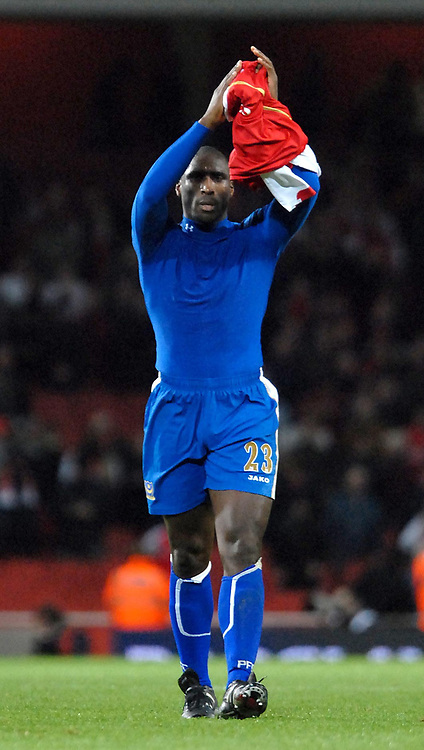 Photo: Ed Godden.<br /> Arsenal v Portsmouth. The Barclays Premiership. 16/12/2006. Sol Campbell applauds the travelling fans at the end of the game.