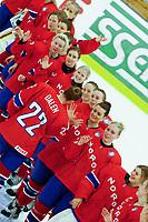 BILDET INNGÅR IKEK I FASTAVTALER. ALL NEDLASTING BLIR FAKTURERT.<br /> <br /> Ishockey<br /> VM kvinner<br /> Norge<br /> Foto: imago/Digitalsport<br /> NORWAY ONLY<br /> <br /> DK, IIHF WW DivIa, France (FRA) vs Denmark (DK) 31.03.2016, Gigantium, Aalborg, DK, IIHF WW DivIa, France (FRA) vs Denmark (DK), im Bild happy norway team giving congrtaulations to her MVP, Andrea Dalen (Norway 22)