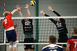 20181124 NED: Volleyball Top League ZVH - VCV: Zevenhuizen<br />Chris van Mullem (2) of CAS CRM ZVH, Sven Vermeulen (4) of MKB Accountants VCV, Daan Pardijs (5) of MKB Accountants VCV <br />©2018-FotoHoogendoorn.nl / Pim Waslander