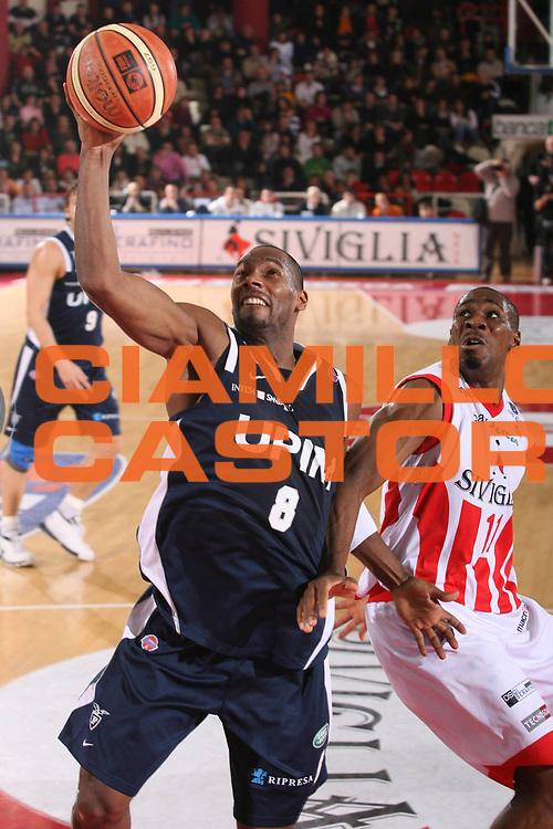 DESCRIZIONE : Teramo Lega A1 2007-08 Siviglia Wear Teramo Upim Fortitudo Bologna <br /> GIOCATORE : Oscar Torres <br /> SQUADRA : Upim Fortitudo Bologna <br /> EVENTO : Campionato Lega A1 2007-2008 <br /> GARA : Siviglia Wear Teramo Upim Fortitudo Bologna <br /> DATA : 05/01/2008 <br /> CATEGORIA : Tiro <br /> SPORT : Pallacanestro <br /> AUTORE : Agenzia Ciamillo-Castoria/G.Ciamillo