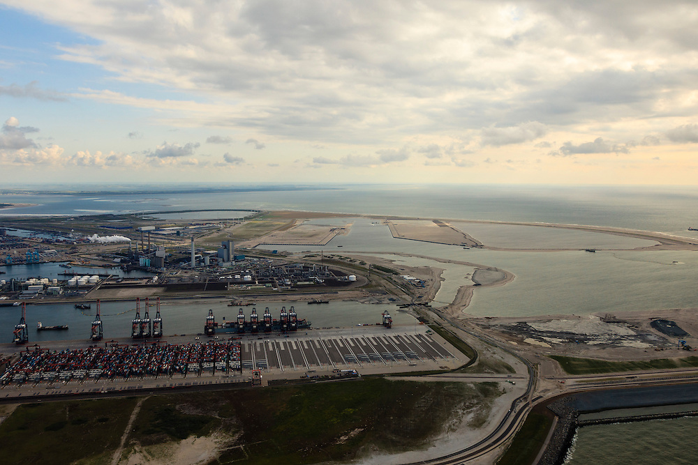Nederland, Zuid-Holland, Rotterdam,  15-07-2012; Aanleg Maasvlakte 2 gezien vaunt de bestaande Maasvlakte. Contouren van de nieuwe havenbassins en kades, sleephopperzuiger san het werk..Expansion of the Port of Rotterdam, the second Maasvlakte. The contours of the new harbor basins with quays seen from the existing Maasvlakte...luchtfoto (toeslag); aerial photo (additional fee required); .foto Siebe Swart / photo Siebe Swart