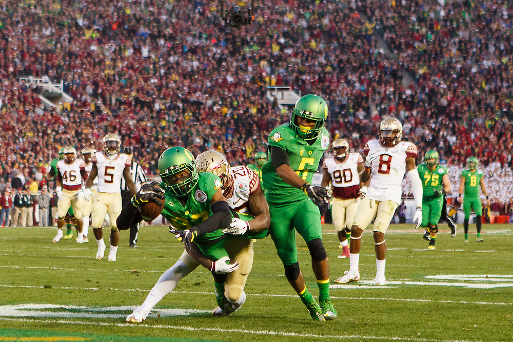 Oregon wide receiver Darren Carrington (87) stretches towards the end zone for the touchdown during the second half. The No. 2 Oregon Ducks play the No. 3 Florida State Seminoles at the Rose Bowl Stadium in Pasadena, California on January 1, 2015. (Ryan Kang/Emerald)