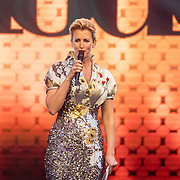 NLD/Amsterdam/20161025 - finale Holland Next Top model 2016, presentatrice Anouk Smulders - Voorveld