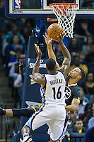 MEMPHIS, TN - DECEMBER 10:  Toney Douglas #16 of the Memphis Grizzlies shoots a shot over Stephen Curry #30 of the Golden State Warriors at the FedExForum on December 10, 2016 in Memphis, Tennessee.  The Grizzlies defeated the Warriors 110-89.  NOTE TO USER: User expressly acknowledges and agrees that, by downloading and or using this photograph, User is consenting to the terms and conditions of the Getty Images License Agreement.  (Photo by Wesley Hitt/Getty Images) *** Local Caption *** Toney Douglas; Stephen Curry