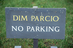 Bilingual sign which reads No parking,