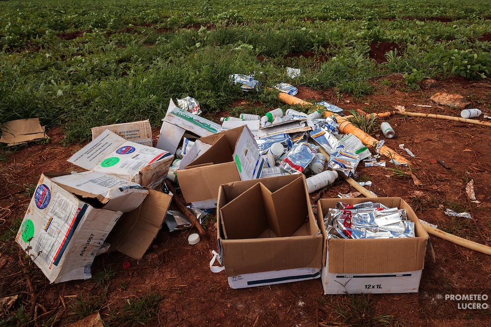 Desperdicios de envases agroquímicos en terreno en ejido Ixchec, Hopelchén, en plantaciones de sandía. (FOTO: Prometeo Lucero)