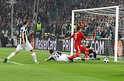 10.04.2013, Juventus Stadium, Turin, ITA, UEFA Champions League, Juventus Turin vs FC Bayern Muenchen, Viertelfinale, Rueckspiel, im Bild Torchance von Mario MANDZUKIC #9 (FC Bayern Muenchen) aus Juve Sicht Giorgio CHIELLINI #3 (Juventus Turin), Simone PADOIN #20 (Juventus Turin) und Gianluigi BUFFON #1 (Juventus Turin) // during the UEFA Champions League best of eight 2nd leg match between Juventus FC and FC Bayern Munich at the Juventus Stadium, Torino, Italy on 2013/04/10. EXPA Pictures © 2013, PhotoCredit: EXPA/ Eibner/ Kolbert..***** ATTENTION - OUT OF GER *****