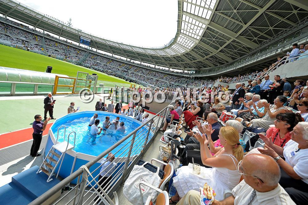 Assemblea internazionale Testimoni di Geova<br /> Torino, 08/08/2009<br /> Nella foto: il battesimo tramite immersione di uno dei fedeli