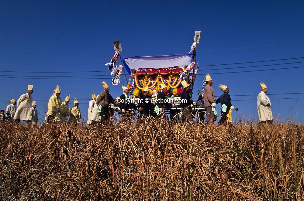 = traditional confucianist burial ceremony namwon area village  jung Chung ri  Korea  /// enterrement confucéen traditionnel. région de Namwon. village  jung Chung ri  coree . Cette procession funéraire traditionnelle, bien que confucéenne, est symbole du syncrétisme religieux coréen: précédée d'un y'aesu gut, cérémonie de départ chamanique, elle est accompagnée de chants d'inspiration bouddhique. Le blanc et le jaune des tenues sont les couleurs du deuil. +
