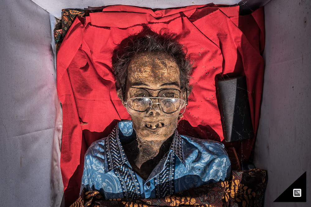 Todeng died in 2009. He has been burried with his purse and favorite glasses<br />