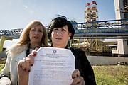 Brindisi, Feb. 2016 - Ornella e Paola Tarullo, con la copia della denuncia sporta alla D.I.G.O.S. Questura di Brindisi nei confronti del Petrolchimico.