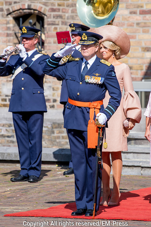 Uitreiking Willems-Orde aan Roy de Ruiter door Koning Willem Alexander Majoor-vlieger Roy de Ruiter kreeg op het binnenhof de Militaire Willems-Orde opgespeld, de hoogste dapperheidsonderscheiding van het koninkrijk.<br /> <br /> Presentation William the Order to Roy de Ruiter by King Willem Alexander Major-flyer Roy de Ruiter received the Military William Order on the courtyard, the highest prowess award of the kingdom.<br /> <br /> Op de foto / On the Photo:  Koning Willem Alexander en Koningin Maxima  / King Willem Alexander en Queen  Maxima