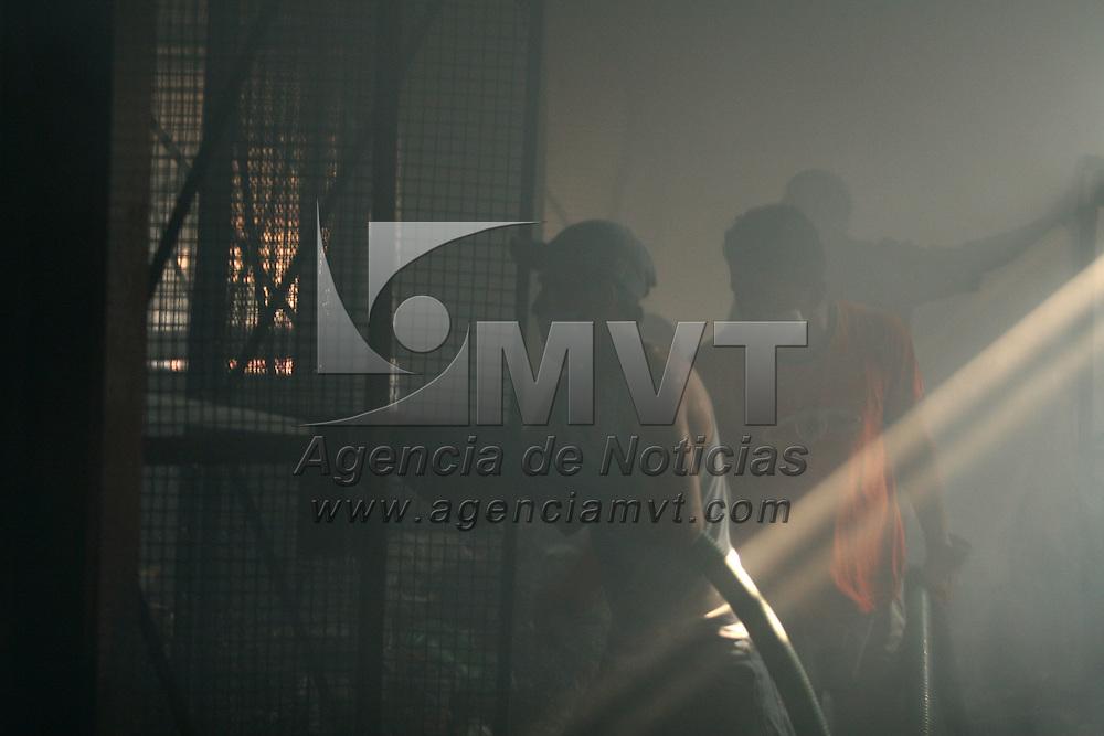 Ixtapan de la Sal, Mex.- Bomberos y empleados remueven escombros despues de cumplir mas de 12 horas en las labores para sofocar el fuego que destruyo la tienda comercial Garis con mas de 2 mil metros cuadrados en el pueblo de Ixtapan de la Sal; el incendio comenzo ayer por la noche y fue necesario el apoyo de los cuerpos de emergencia de 6 municipios. Agencia MVT / Mario Vazquez de la Torre. (DIGITAL)<br /> <br /> <br /> <br /> <br /> <br /> <br /> <br /> NO ARCHIVAR - NO ARCHIVE