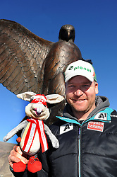 "29.11.2012, Birds of Prey, USA, FIS Ski Alpin Weltcup, Abfahrts Training, Herren, im Bild Klaus Kroell (AUT) mit Hopsi (Ski WM 2013, Schladming Maskottchen) und dem ""Bird of Prey"" // Klaus Kroell (AUT) during Mens Downhill Training of FIS Ski Alpine World Cup at the Birds of Prey, Beaver Creek, United States on 2012/11/29. EXPA Pictures © 2012, PhotoCredit: EXPA/ Erich Spiess"