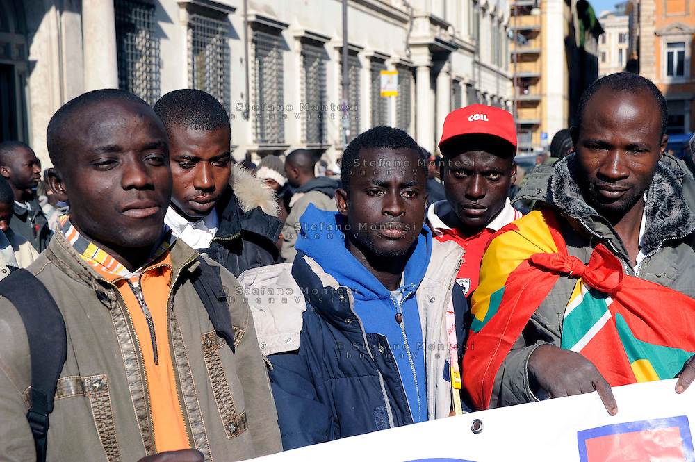 "Roma 19 Ottobre 2009.Un presidio di circa 2500 lavoratori immigrati dall'Africa, provenienti da diverse parti d'Italia,  in  piazza Santi Apostoli per chiedere al governo italiano di «riaprire la regolarizzazione degli immigrati ed estenderla a tutte le categorie di lavoro e non solo alle colf e badanti». Ad organizzare il presidio è la Rete Antirazzista .A garrison of some 2,500 immigrant workers from Africa, coming from different parts of Italy,in Piazza Santi Apostoli  to ask the Italian government to ""reopen the legalization of immigrants and extend to all categories of work and not only to domestic workers and caregivers. Organize the garrison is the Anti-Racist Network.."