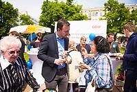 DEU, Deutschland, Germany, Berlin, 23.05.2019: CDU-Generalsekretär Paul Ziemiak im Gespräch mit einer Passantin an einem Wahlkampfstand der CDU auf dem Wittenbergplatz anlässlich der bevorstehenden Europawahl. Ziemiak verteilt kleine Ausgaben des Grundgesetzes an die Bürger wegen des heutigen 70. Jahrestags des Grundgesetzes.