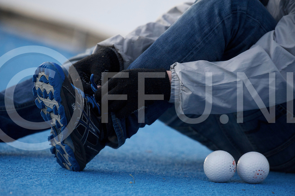 Amstelveen - Euro Hockey league KO16.Waterloo Ducks - Berliner HC.foto: ballboy tying his shoe laces..FFU PRESS AGENCY COPYRIGHT FRANK UIJLENBROEK.