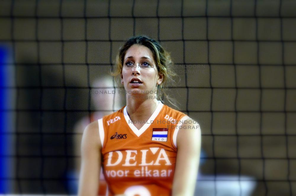 11-09-2006 VOLLEYBAL: TEAMPRESENTATIE AAN HOOFDSPONSOR DELA: EINDHOVEN<br /> De NeVoBo heeft uitvaartverzekeraar en - verzorger DELA gepresenteerd als nieuwe hoofdsponsor van het nationale damesteam. De dames werden in het Indoorsportcentrum Eindhoven aan het personeel voorgesteld / Floortje Meijners<br /> &copy;2006-WWW.FOTOHOOGENDOORN.NL