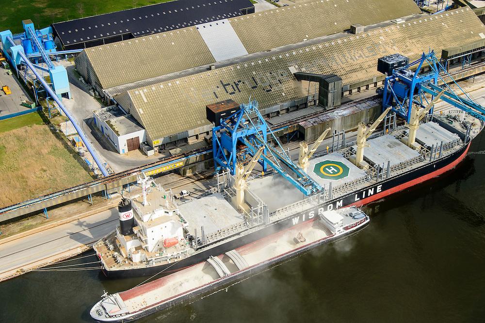 Nederland, Zeeland, Zeeuws-Vlaanderen, 01-04-2016; Zeehaven Terneuzen, Zevenaarhaven, Verbrugge Terminals. Overslag van droge bulk naar van bulkcarrier binnenvaartschip.<br /> Transhipment of dry bulk to barge from bulk carrier.<br /> <br /> luchtfoto (toeslag op standard tarieven);<br /> aerial photo (additional fee required);<br /> copyright foto/photo Siebe Swart